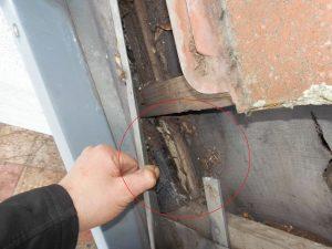 03 Total marodes Holz unter dem Anschlussblech offenbart eine sehr lange Einregenzeit