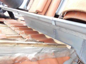 07 Begin der Reparatur, die Kehle wird für die neue Entwässerung vorbereitet